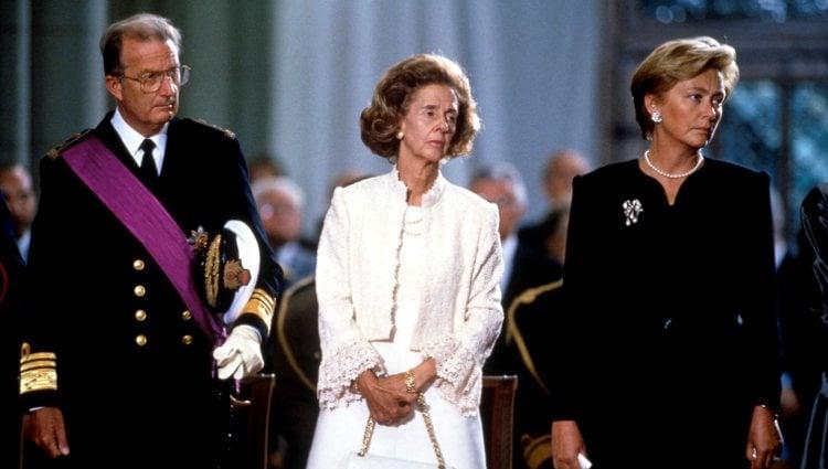 Alberto y Paola de Bélgica junto a la Reina Fabiola en el funeral de Balduino de Bélgica