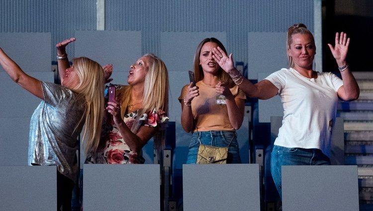 Belén Esteban disfruta con sus amigas Mariví y Tina del concierto de Maluma