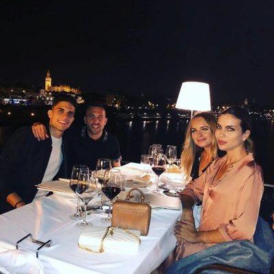 Jordi Alba y Romarey Ventura visitando a Marc Bartra y Melissa Jiménez en Sevilla