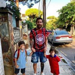Leo Messi llevando a sus hijos Thiago y Mateo al colegio