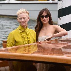 Dakota Johnson y Tilda Swinton en la premiere de 'Suspiria' en el Festival de Venecia