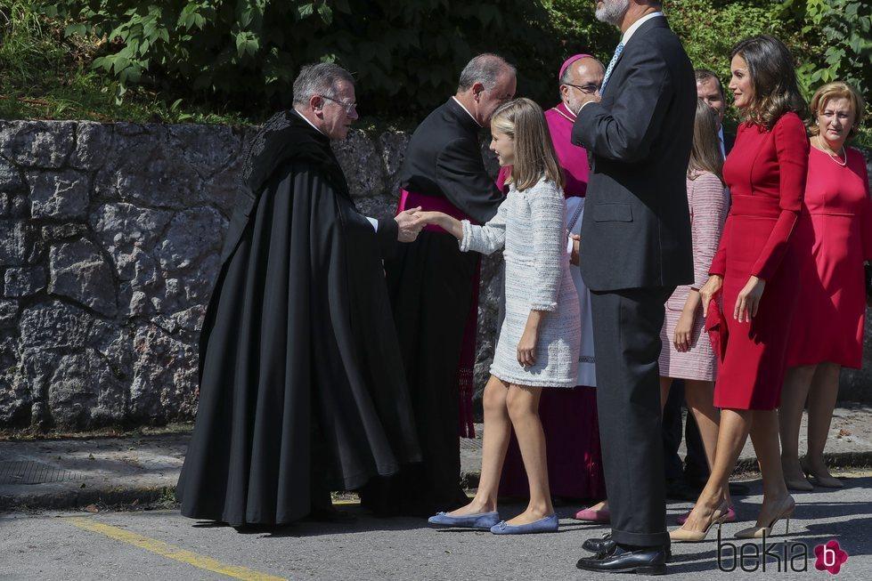 La Reina Letizia y la Princesa Leonor saludan a las autoridades eclesiásticas en Covadonga
