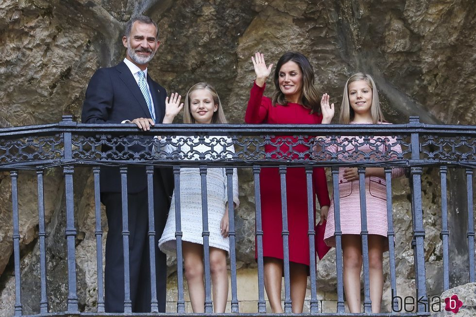 Los Reyes Felipe y Letizia, la Princesa Leonor y la Infanta Sofía saludan desde la Santa Cueva de Covadonga