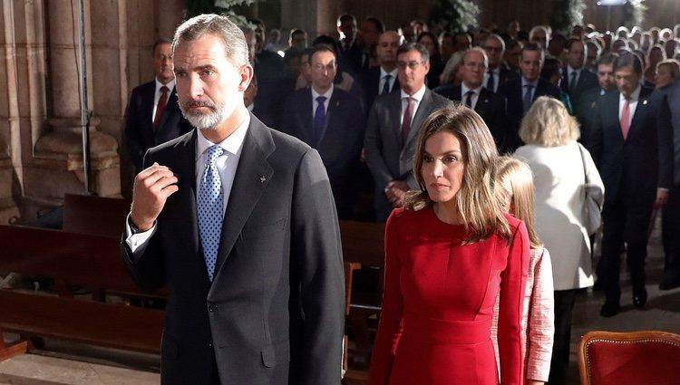 El Rey Felipe santiguándose y la Reina Letizia en la Misa por el centenario de la Coronación de la Virgen de Covadonga