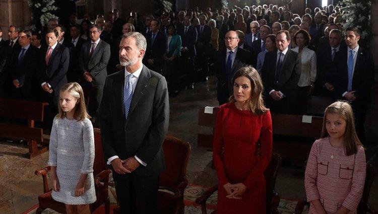 Los Reyes Felipe y Letizia, sus hijas Leonor y Sofía y Menchu Álvarez del Valle en la Misa por el centenario de la Coronación de la Virgen de Covadonga
