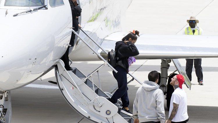 Ariana Grande y Mac Miller bajando de un avión en 2017