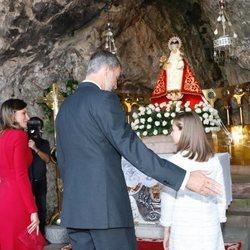 El Rey Felipe, cariñoso con la Princesa Leonor, y la Reina Letizia, atenta con la Infanta Sofía en Covadonga