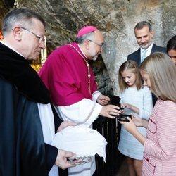 La Princesa Leonor y la Infanta Sofía reciben medallas del centenario de la Coronación Canónica de la Virgen de Covadonga