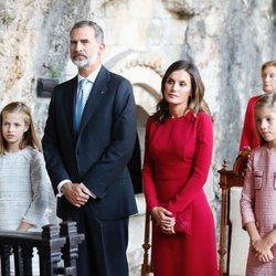 Los Reyes y sus hijas Leonor y Sofía en una misa ante la Santina