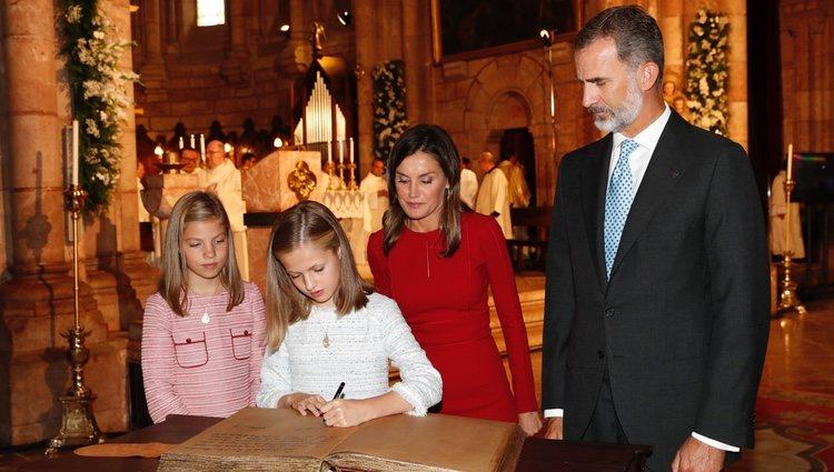 La Princesa Leonor firma en la Basílica de Covadonga ante los Reyes Felipe y Letizia y la Infanta Sofía