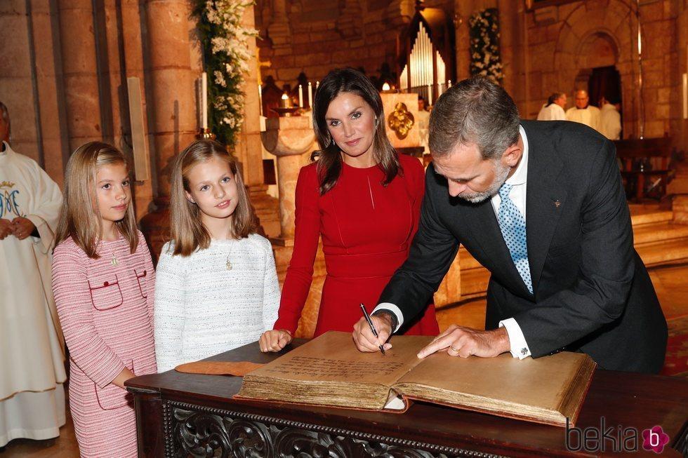 El Rey Felipe firma en la Basílica de Covadonga ante la Reina Letizia y sus hijas Leonor y Sofía
