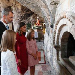 Los Reyes y sus hijas ante la tumba de Don Pelayo en Covadonga