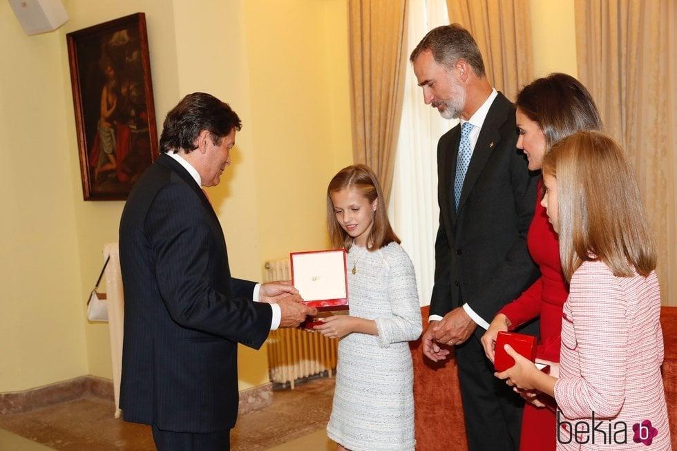 El presidente de Asturias entrega a la Princesa Leonor una medalla en Covadonga