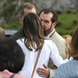 La Reina Letizia saluda a su padre, Jesús Ortiz, en los Lagos de Covadonga