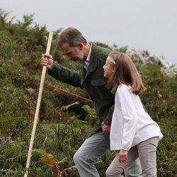 El Rey Felipe y la Princesa Leonor charlando en los Lagos de Covadonga