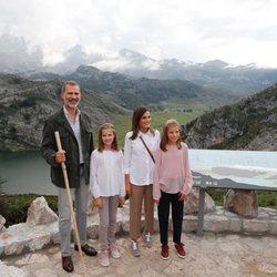 Los Reyes Felipe y Letizia, la Princesa Leonor y la Infanta Sofía en el Mirador de la Princesa en los Lagos de Covadonga