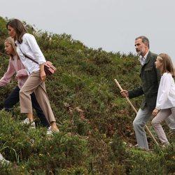 Los Reyes Felipe y Letizia, la Princesa Leonor y Sofía haciendo senderismo en los Lagos de Covadonga