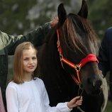 La Princesa Leonor con la yegua que le regalaron en su visita a Covadonga