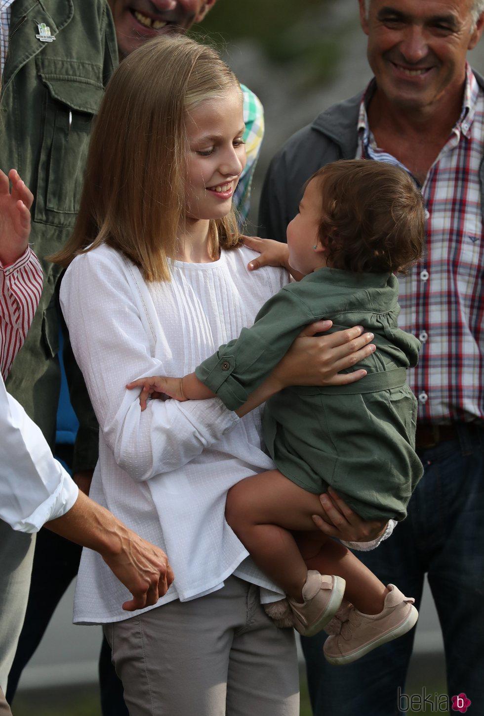 La Princesa Leonor con una niña en brazos en Covadonga