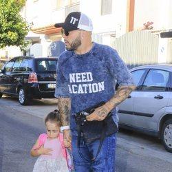 Kiko Rivera saliendo de casa con su hija Ana en su primer día de colegio