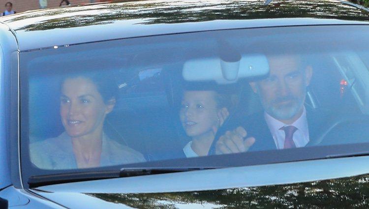 La Princesa Leonor con los Reyes Felipe y Letizia en su vuelta al cole
