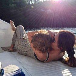 Sara Carbonero dando un besazo y un abrazo a su hijo Lucas