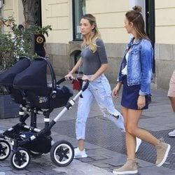 Alice Campello paseando con sus gemelos y unos amigos por Madrid