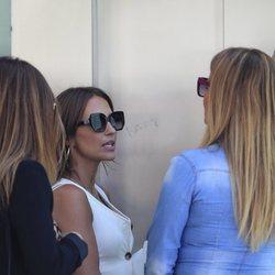 Paula Echevarría charlando con unas amigas en Madrid