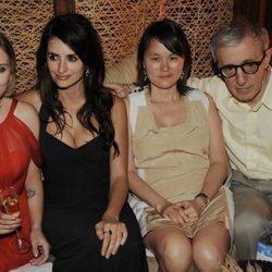 Woody Allen con su mujer Soon-Yi, Scarlett Johansson y Penélope Cruz 2008