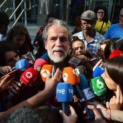 Willy Toledo hablando con la prensa tras ser puesto en libertad