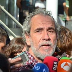 Willy Toledo declarando ante la prensa tras ser puesto en libertad