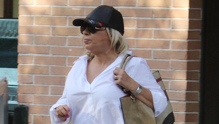 Carmen Borrego con gorra y su rostro nuevo de paseo