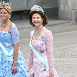La Reina Silvia y la Princesa Magdalena de Suecia en la boda de Victoria de Suecia y Daniel Westling