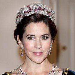 Mary de Dinamarca con el aderezo de rubíes de la Reina Ingrid