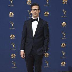 Andy Samberg en la alfombra roja de los Premios Emmy 2018