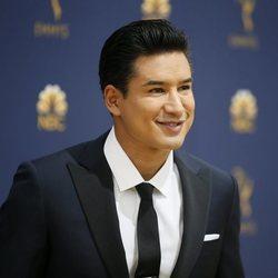 Mario Lopez muy sonriente a su llegada a la alfombra roja de los Premios Emmy 2018