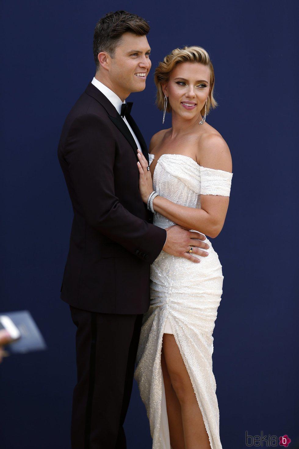 Scarlett Johansson y Colin Jost en la alfombra roja de los Premios Emmy 2018