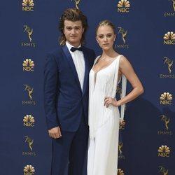 Joe Keery y Maika Monroe en la alfombra roja de los Premios Emmy 2018