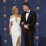Scarlett Johansson y su pareja Colin Jost en la alfombra roja de los Premios Emmy 2018
