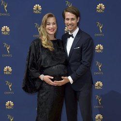 Yvonne Strahovski y Tim Loden en la alfombra roja de los Premios Emmy 2018