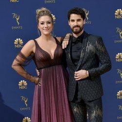 Darren Criss y Mia Swier en la alfombra roja de los Premios Emmy 2018