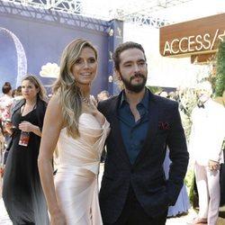 Heidi Klum y Tom Kaulitz posando juntos en los Premios Emmy 2018