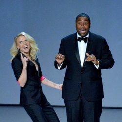 Kate McKinnon y Kenan Thompson durante su actuación en los Premios Emmy 2018
