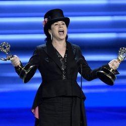 Amy Sherman-Palladino recogiendo sus galardones de los Premios Emmy 2018