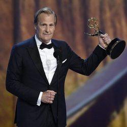 Jeff Daniels recogiendo su galardón de los Premios Emmy 2018