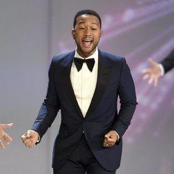 John Legend durante una actuación en los Premios Emmy 2018