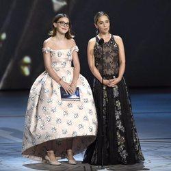 Millie Bobby Brown y Emilia Clarke presentando un galardón de los Premios Emmy 2018