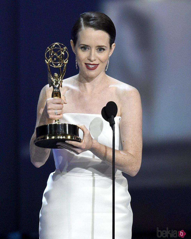 Claire Foy recogiendo su galardón en los Premios Emmy 2018