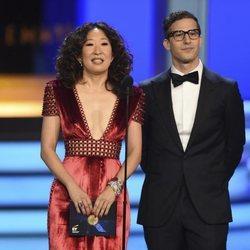 Sandra Oh y Andy Samberg presentando un galardón de los Premios Emmy 2018