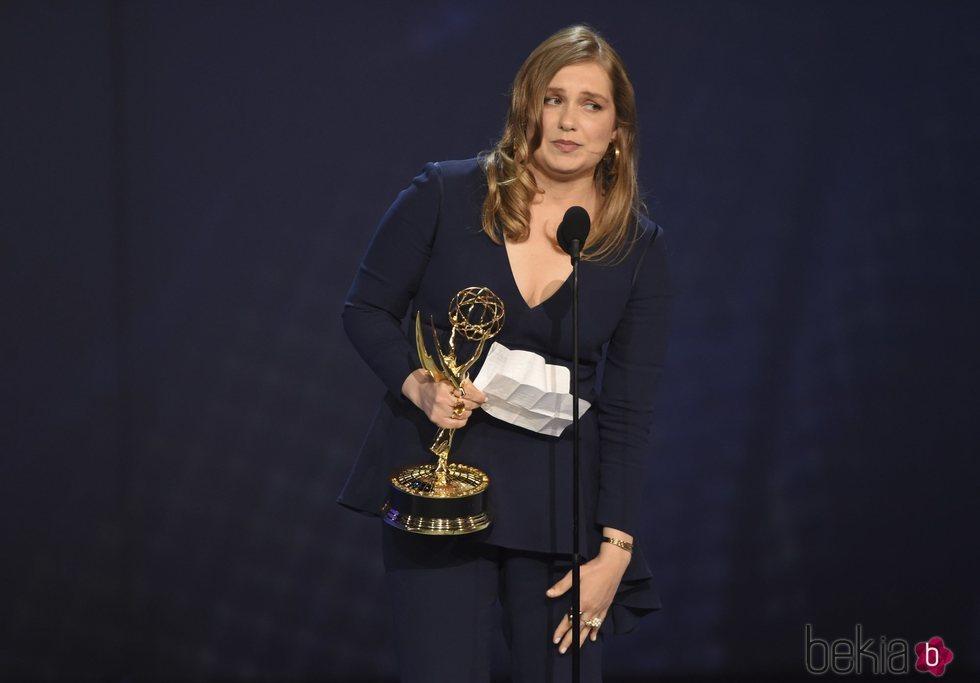 Merritt Wever recogiendo su galardón en los Premios Emmy 2018